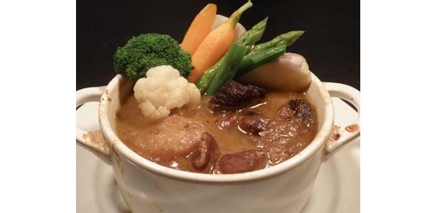 ヤミツキの「鶏・豚・牛のヤミツキ煮込みと温野菜」(700円)。肉のうまみが出ています