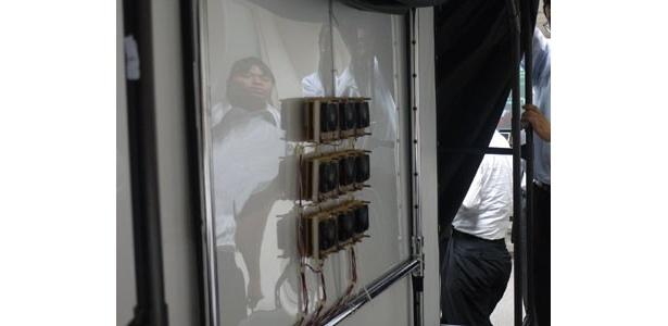 これが盗撮防止機器がとりつけられたスクリーンの裏側だ!