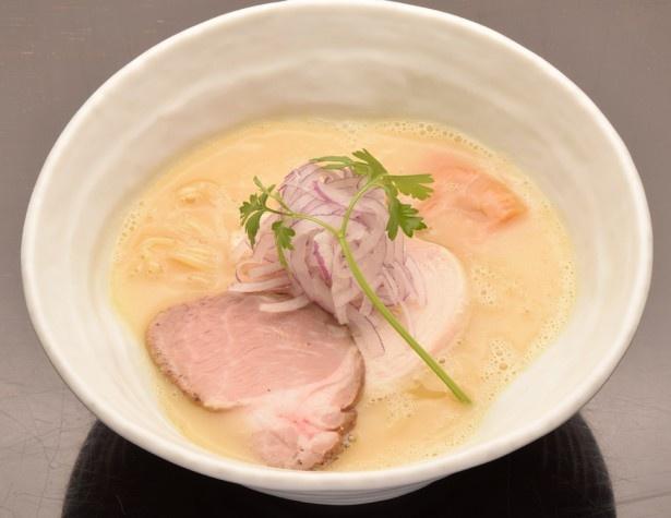 うっ鶏そば(750円)。静岡産丸鶏、モミジ、鶏ガラを18時間かけて炊いたポタージュのような白湯スープは、その濃厚な旨味に思わずうっとり!小麦の風味たっぷりの自家製麺とも相性抜群