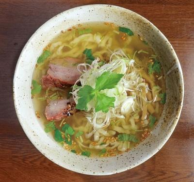塩そば(750円)。サバ節やアサリなどのダシの旨味が際立つスープに、瀬戸内産の藻塩を加えている。サバ節の酸味や、ほのかに香る静岡特産の茶、ワサビがあっさりとした和風味だ