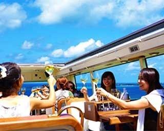 真っ赤な車体が印象的。2階建てバスの車窓から眺める沖縄は、リピーターにも新鮮に映るはず