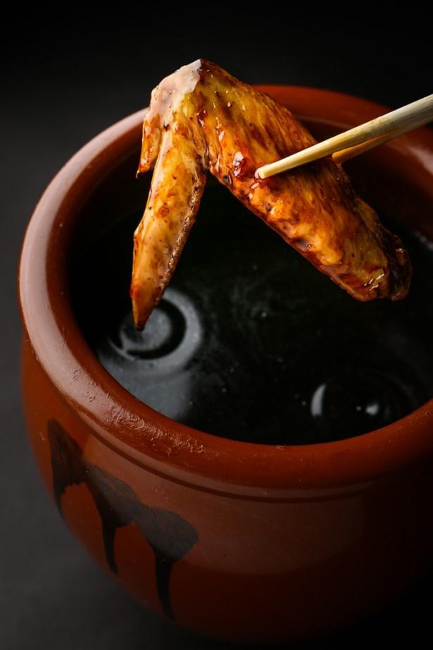 秘伝のタレで味付けされた「若鶏手羽先唐揚げ」。何本でも食べられそう!