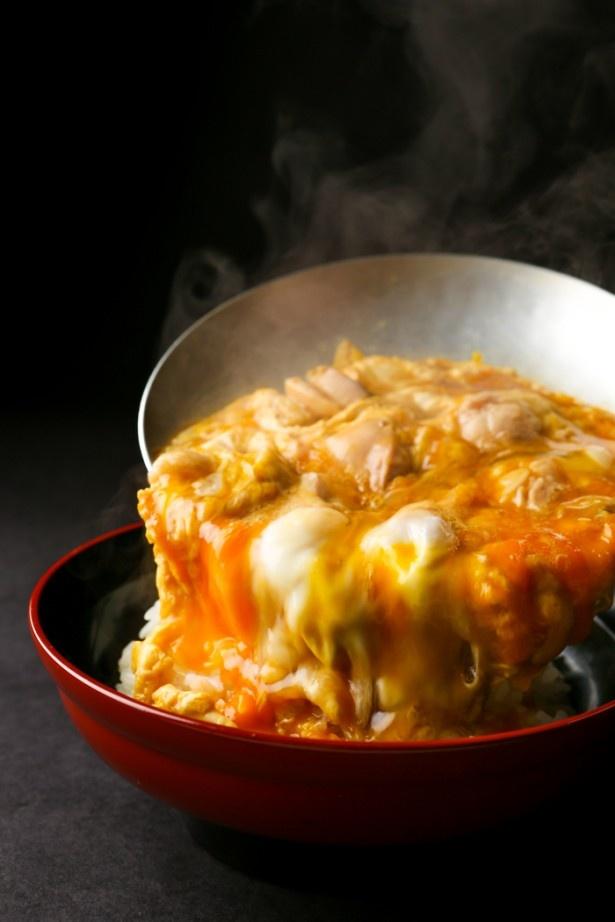 「鳥開総本家」は、フワフワでトロトロな親子丼にも力を入れている。写真は名古屋コーチン親子丼(1540円※価格はラシック店のもの、価格は店舗により異なる)