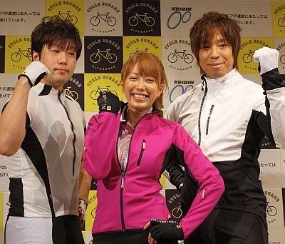 サイクルウエアのファッションショーに登場した里田まいさん(中央)、競輪の伏見俊昭選手(右)と桐山敬太郎選手(左)