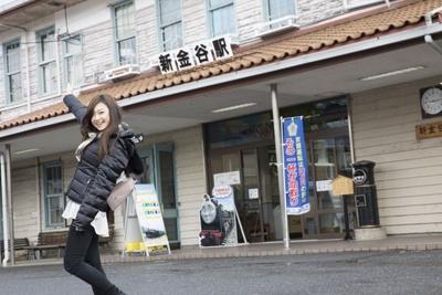 【写真を見る】始発駅の新金谷駅から終点の千頭駅までは、約1時間15分の旅。「きかんしゃトーマスに乗れるなんて、夢みたい!」と横田さんもうきうき顔