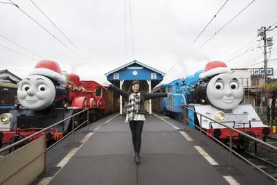 きかんしゃトーマス号&きかんしゃジェームス号とご対面。イベント期間中は、2人とも赤い帽子をかぶってクリスマス仕様に。2人が並んで停まるのはなかなかレアな光景とのこと