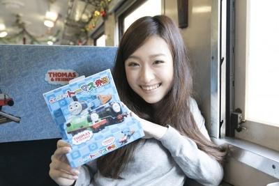 「きかんしゃトーマス弁当」(950円)のパッケージにはトーマスとジェームス、ヒロ、パーシーが描かれ、キャラクターの部分が立体的に。「記念にもって帰ります」(横田さん)