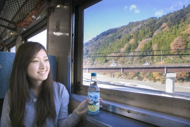 「きかんしゃトーマスサイダー」(350円)を手にまったり。運行する大井川本線は大井川沿いを走行