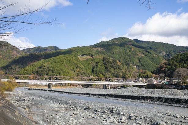 車窓からは山々と大井川が織りなす雄大な景色が広がる。時折、茶畑も