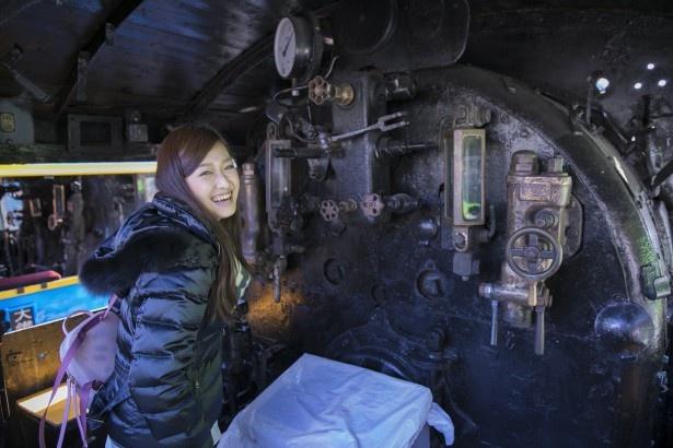 車体の内部も、もちろん本物。「機関車の中って、こんな風になっているんですね!」と横田さん