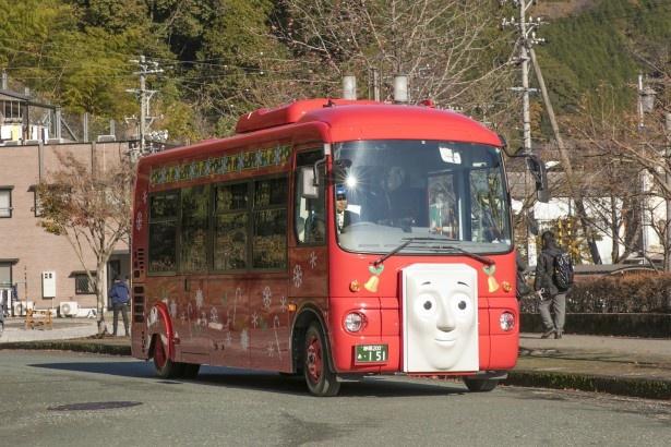 バスロータリではバスのバーティーが展示されている。ベルやキャンディケーンのイラストが描かれ、クリスマスの装いに
