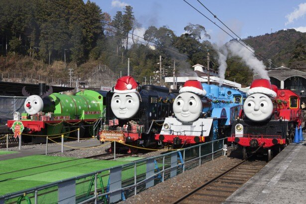 駅の広場では(写真左から)トナカイの衣装をまとったパーシーに、赤い帽子を付けて車体にクリスマスデコレーションがほどこされたヒロ、トーマス、ジェームスがお待ちかね