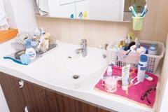 プロに教わる「汚部屋」改造。ちょい置きしがちな洗面台まわりがすっきり!