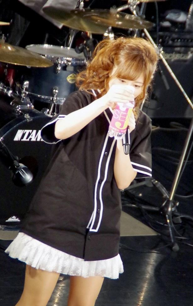瑠川がSEXY-Jのミネラルウォーターを飲みながら宣伝