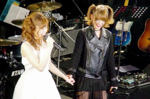 この日限定のスペシャルユニット・瑠川リナ&希島あいりで、「Best Friend」(Kiroro)