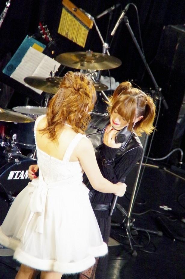 この日やっと一緒にステージで歌う目標がかなって喜ぶ2人