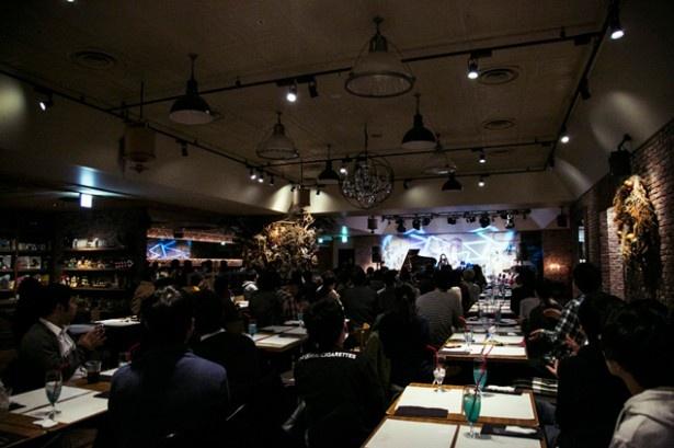 大勢の観客が植田の歌と料理に酔いしれた