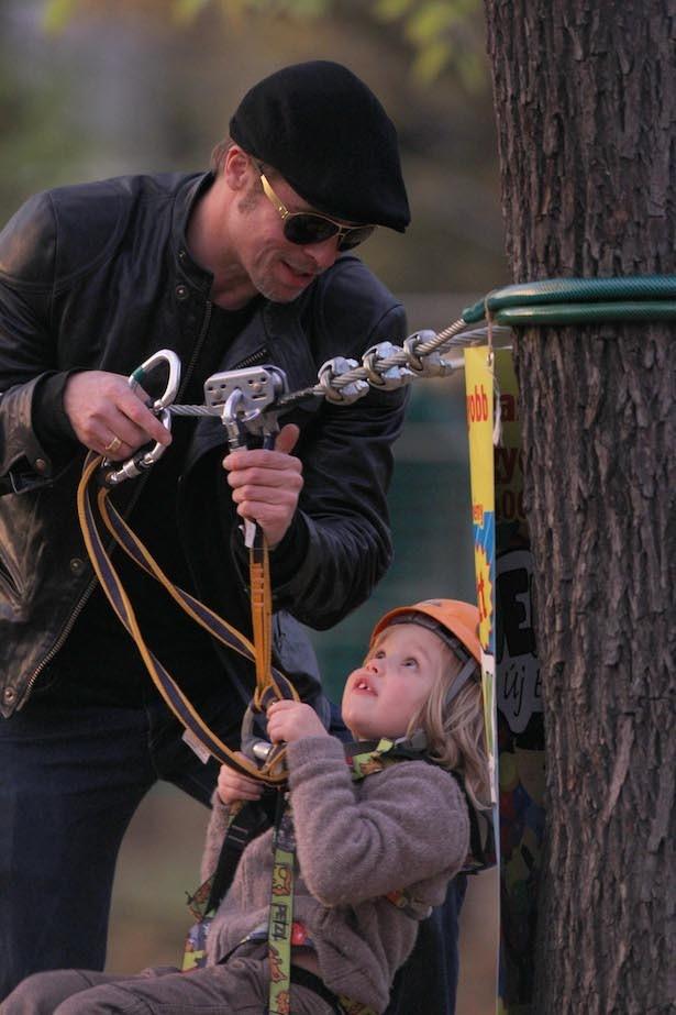 【写真を見る】娘シャイロと遊ぶ、ブラッド・ピットのよきパパ姿