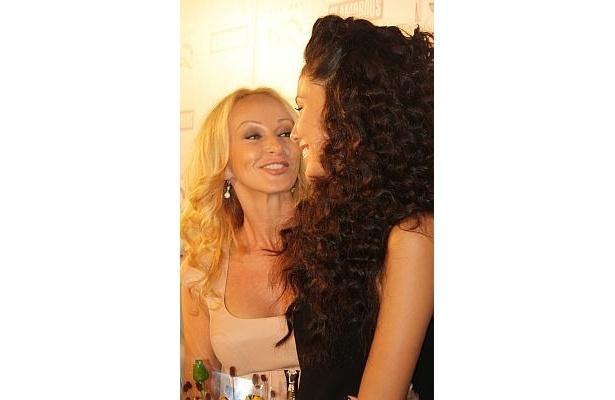 母親のアマンダさんもとても美しい。「いつも娘のことを誇りに思っているけれど、今日は特に誇りに思う」とアマンダさん