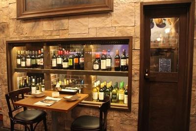 【写真を見る】ワイン好きにはたまらない!店内に設けられたワインセラー
