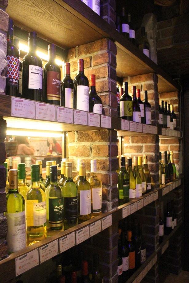 ワインセラーは温度管理され、中に入ると冷たい空気が漂う。税抜1980円~税抜4980円まで約100種類を用意