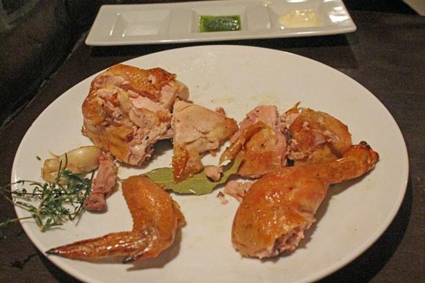 チキンは部位ごとに盛り付けてくれる。塩とバジルソース、マヨネーズをつけて召し上がれ