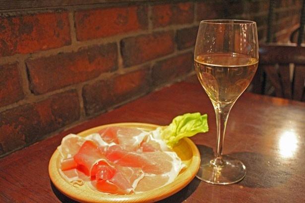 「イタリアンプロシュート」(税抜680円)とハウスワインの白
