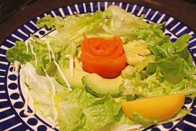 まろやかなアボカドをふんだんに使用した「スモークサーモンとアボカドのサラダ」(税抜880円)。スモークサーモンの盛り付けにも注目!