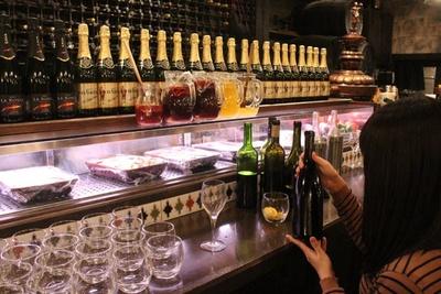 カウンターに並ぶワインの中から、好きなものをチョイス。気兼ねなく飲み放題を楽しめる