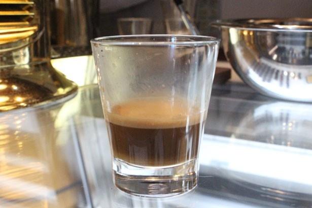 【写真を見る】世界初のカカオ豆コーヒー「カカオプレッソ(ホット)」(810円)。上の層はカカオの油分