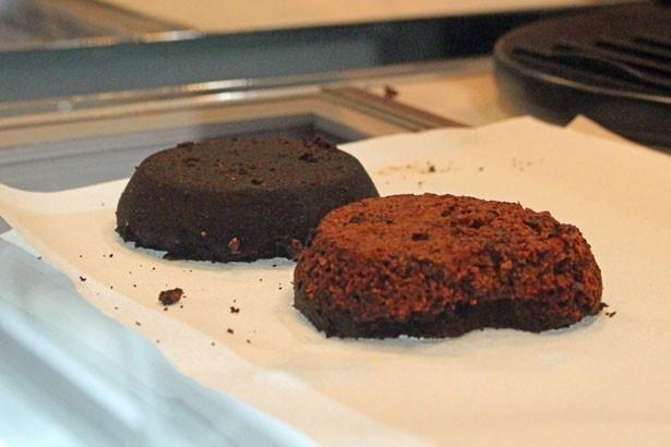 カカオ豆コーヒーは、コーヒーとカカオを挽いたものを2層にして抽出する。写真奥がコーヒー、手前がカカオ