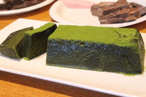 「抹茶のテリーヌ」(2800円)は、抹茶の濃厚な風味としっとりとした食感に感動!和菓子の技術を生かし、コク深く仕上げている