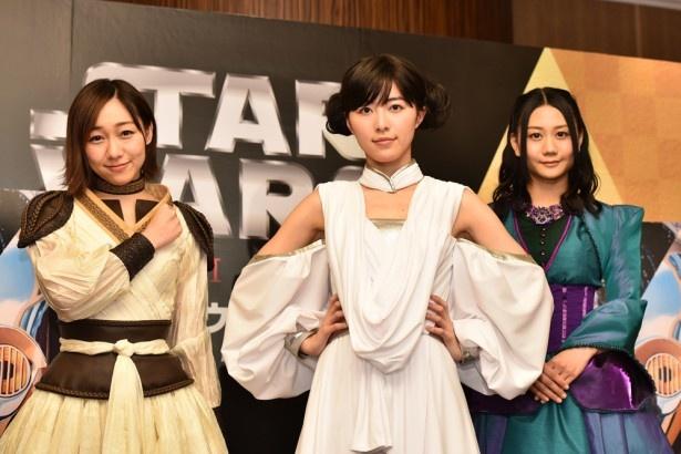 【写真を見る】スター・ウォーズ風の衣装をまといポーズを取る3人