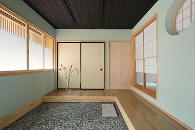 【写真を見る】広い玄関と床の間の意匠を残した和室が特徴的な1階/中乃庵
