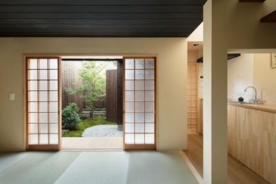 窓の外の縁側から眺めることができる趣のある縁側/中乃庵