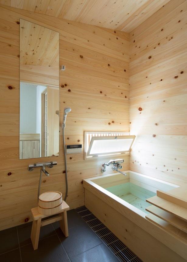 キッチンの先には、高級木風呂「高野槙風呂」も完備。トイレは各階1台づつ設置/中乃庵