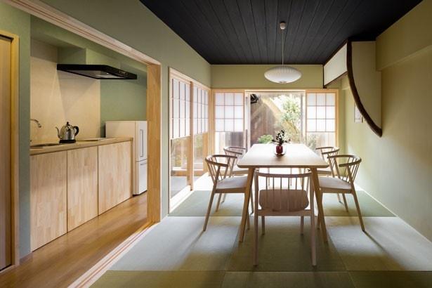 風情のある琉球畳の上にテーブルが設置された和室がメインの1階。 縁側に座って紅葉の映える坪庭が眺められる/姉西庵