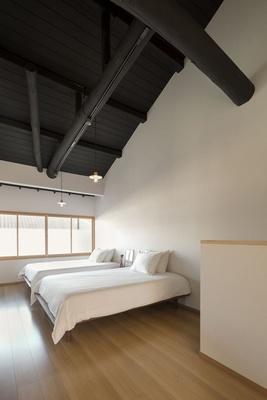 ひとつなぎになった広々としたフローリングルームの2階には、ダブルサイズベッドが2台。トイレは1階2階に各1つ設置/姉西庵