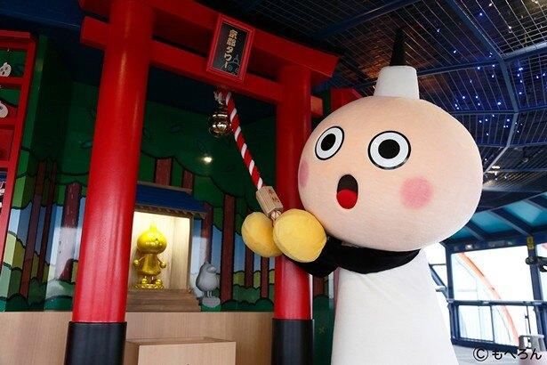 【写真を見る】京都タワーのマスコットキャラクター、たわわちゃんの神社で初詣もできす