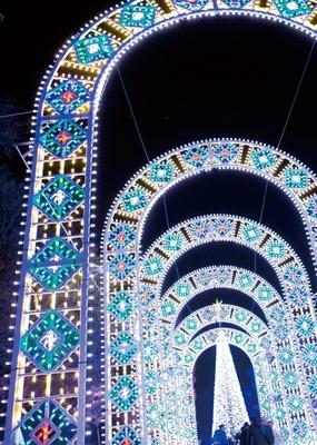 欧州のロイヤルファミリーの結婚式で使用された電飾を一部に使った全長約30mの祝福のアーチ/心と身体の癒しの森 るり渓温泉 ポテポテパーク