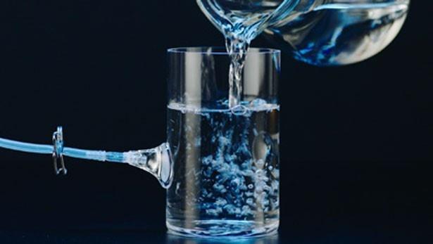 「TEMISH(R) 通す・通さない篇」は、ホースが接続されたガラス容器に水が注がれるシーンからスタート