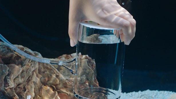 ガラス容器を水槽の中に沈め、空気を送り込み加圧