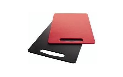 コウさんお気に入りの黒のまな板は299円。他に赤もある