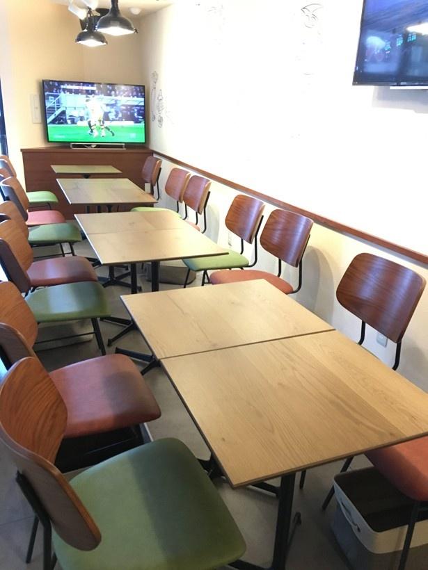 2階客席の一部。テレビが何台か設置されており、スポーツ番組などが放映されている
