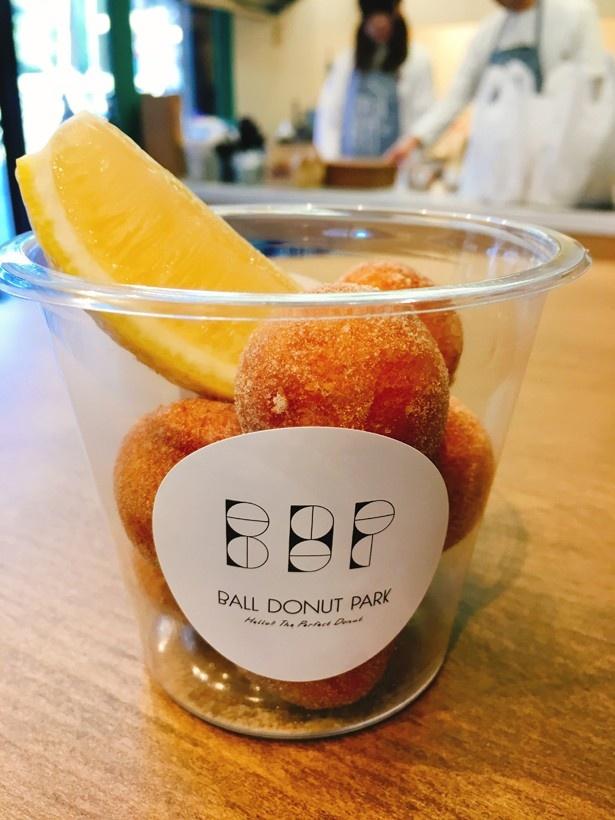 「レモン&ナチュラルシュガー」は、揚げたてのドーナツにたっぷりレモンを搾って食べる