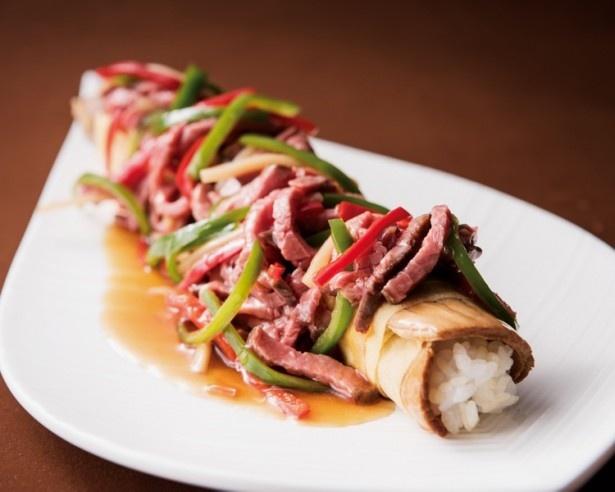 【写真を見る】中華な創作寿司の「チャーシュー巻き寿司 青椒牛肉絲のせ」