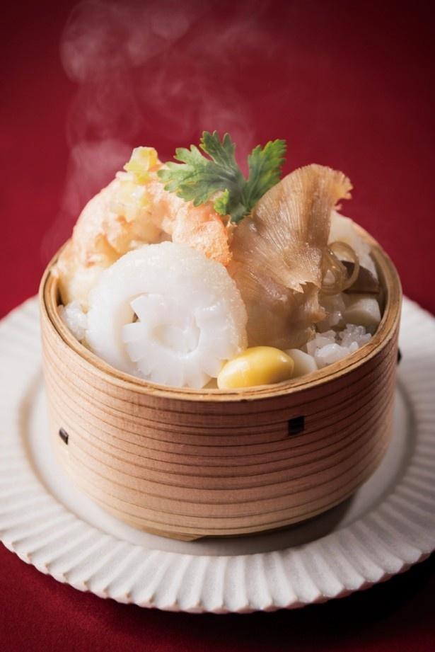 盛り付けもかわいい「ふかひれ蒸し寿司 海老天・イカ天添え」