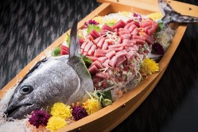 マグロを一尾使った「豪快!鮪の盛寿司 姿造り」