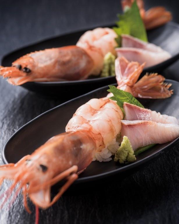 豪快な見た目がフォトジェニックな「ねじめ黄金カンパチと海老のはみだし寿司」(ディナー限定)