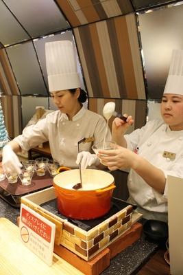 「まったりあったかチーズケーキ」は目の前でフォンデュ状の温かいチーズをかけてくれる